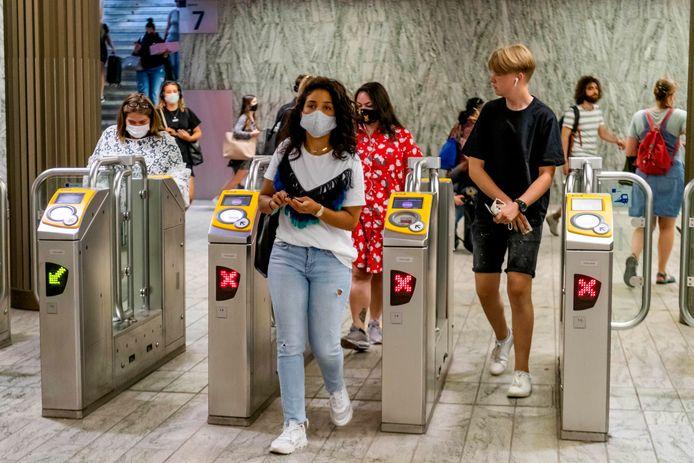 Vanaf vandaag moet iedereen die met het openbaar vervoer reist een mondkapje dragen. Alleen in de bus of trein trouwens. Op de perrons mag ie af. Op de eerste ochtend waren het vooral jongeren die het nieuwe avontuur aangingen. Zoals hier op het station in Breda.