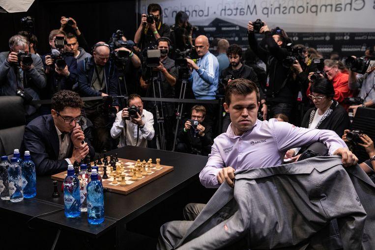 Magnus Carlsen (rechts) tijdens de laatste dag van de WK-tweekamp tegen Fabiano Caruana.    Beeld Getty Images