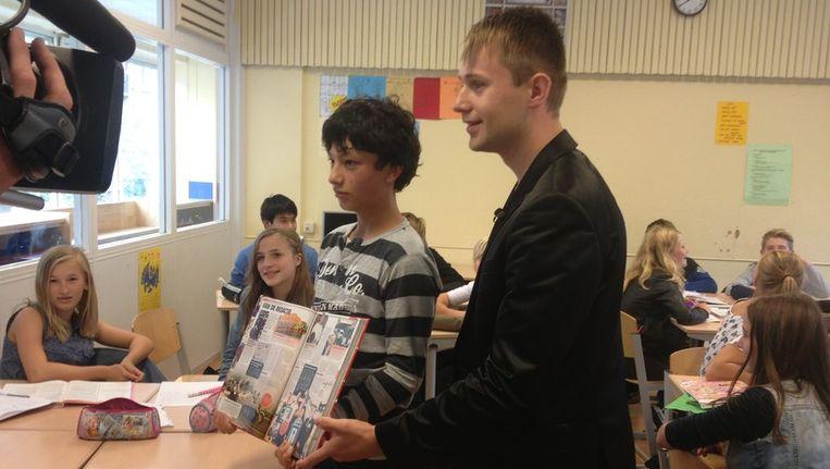Viktor Nikitovic met zijn boek Beeld uitgeverij De Fontein