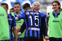 Atalanta-coach Gian Piero Gasperini en Marten de Roon vieren de zege op Genoa.