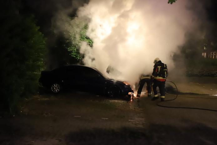 Ook aan de Walvisstraat in Gouda was er een autobrand waarbij het vuur oversloeg op een tweede voertuig.
