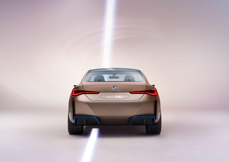 Vuistdikke 'uitlaten' aan de achterzijde van de elektrische BMW i4 moeten de potentie (dik 500 pk  piekvermogen) van de conceptauto onderstrepen. Beeld BMW