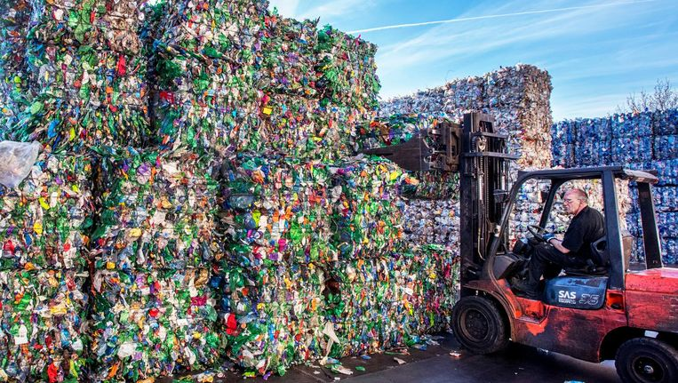 Ingezamelde petflessen bij 4Pet Recycling in Arnhem. Beeld Raymond Rutting