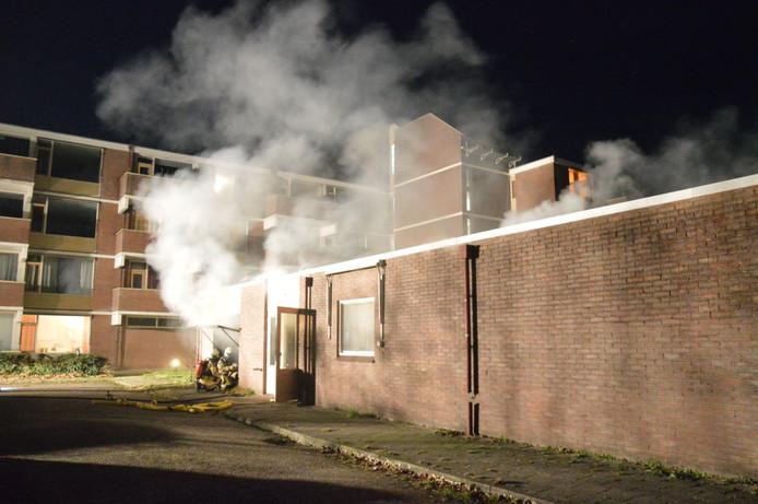 De brandweer blust de brand in Steenwijk.