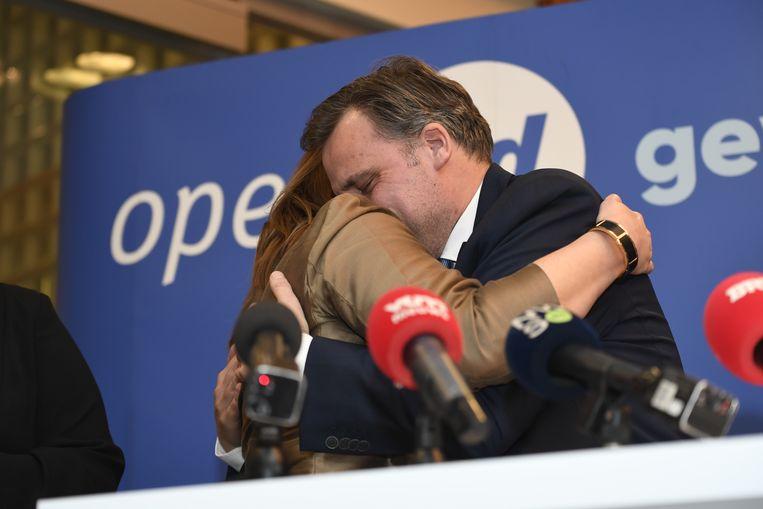 Een emotionele De Backer omhelsde Open Vld-voorzitter Gwendolyn Rutte bij zijn aankondiging dat hij uit de politiek stapt.