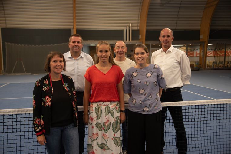 Nieuwe bestuursploeg Tennis Club Standaard Wetteren: Wendy Verschueren, nieuwe eigenaars Jean en Eline Audenaert, Kurt De Weirdt, Lynn De Winter en voorzitter Pascal Elaut op de gloednieuwe tennisbanen.