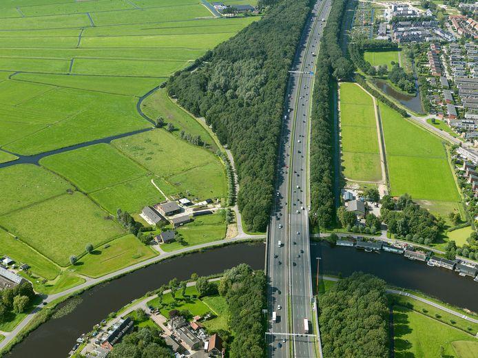 De snelweg A9 langs Ouderkerk aan de Amstel.