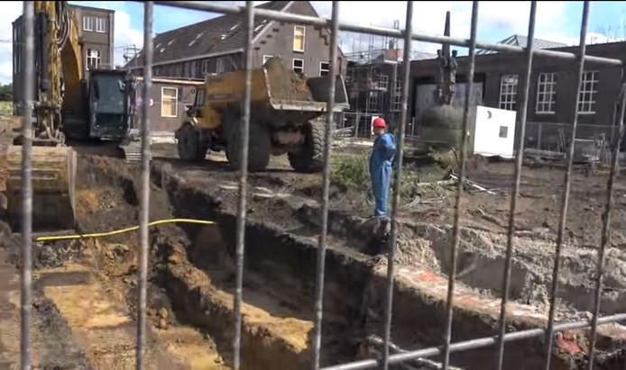 De restanten van de poort worden weggegraven.