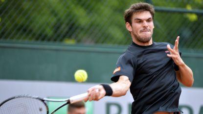 Germain Gigounon bergt zijn tennisracket op