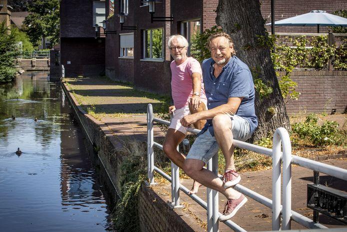 Jacob Klooster (R) en Herman Hopman (L) wonen in de Tuinstraat, waar de Aa langs stroomt.