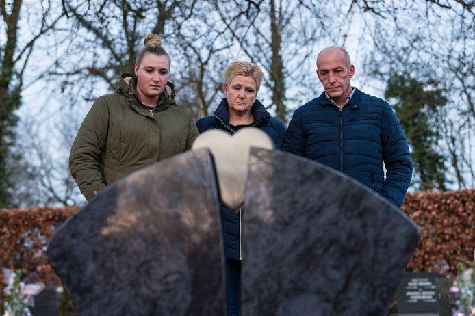 De ouders en zus (hier in 2018) van de vermoorde Sandra van Duijl hadden donderdagochtend graag bij een zitting tegen Thijs van Z. willen zijn, maar mochten van de rechtbank niet naar binnen.