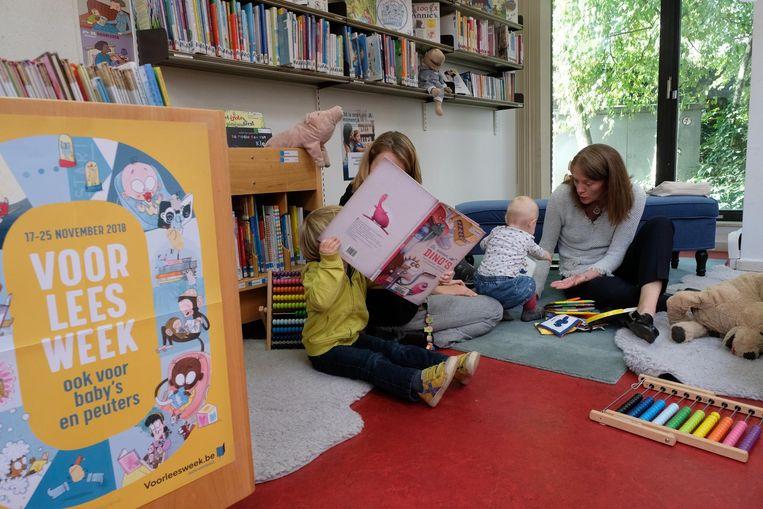 Kleuters ontdekken boekjes in de bibliotheek.