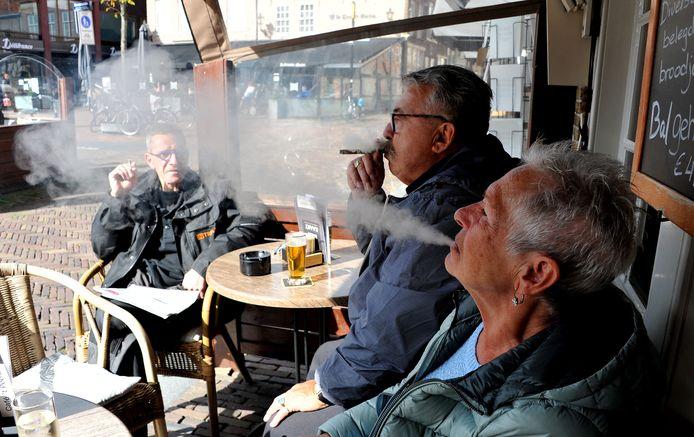 Roken terrasbezoekers op het Dordtse Statenplein.