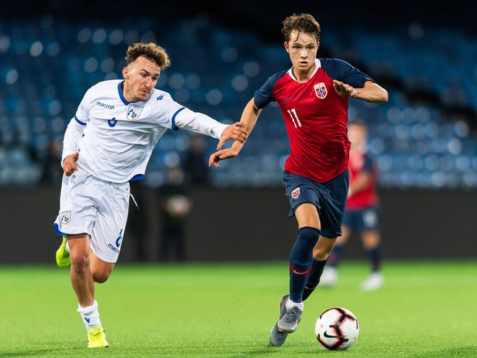 Hakon Evjen in actie namens Noorwegen -21 jaar. Hier in duel met de Cyprioot Giannis Gerolemou.