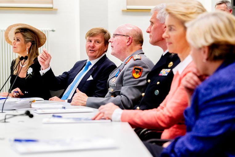 Koning Willem-Alexander en koningin Máxima bij een bijeenkomst over Duits-Nederlandse samenwerking bij internationale missies. De Adviesraad Internationale Vraagstukken zegt in een advies aan de regering dat Nederland zijn terughoudendheid over Europese defensiesamenwerking moet laten varen.  Beeld Hollandse Hoogte / ANP Royal Images