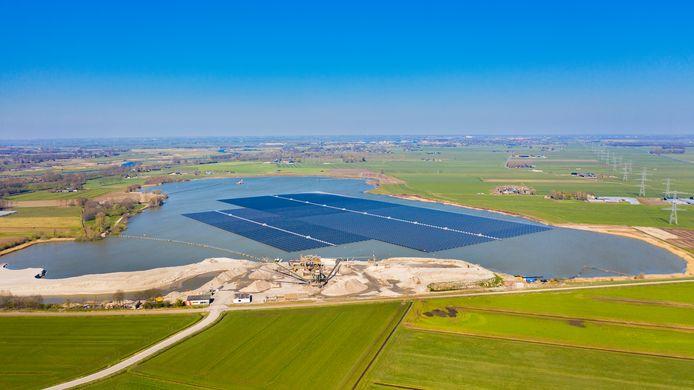 De Bomhofsplas heeft sinds dit jaar een drijvend zonnepark. De eigenaar had plannen om de plas te verondiepen met aangevoerd slib, maar ziet daar tot blijdschap van omwonenden van af.