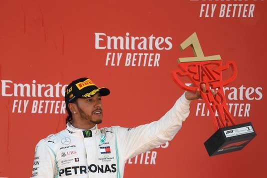 Lewis Hamilton met de trofee op het podium in Barcelona.