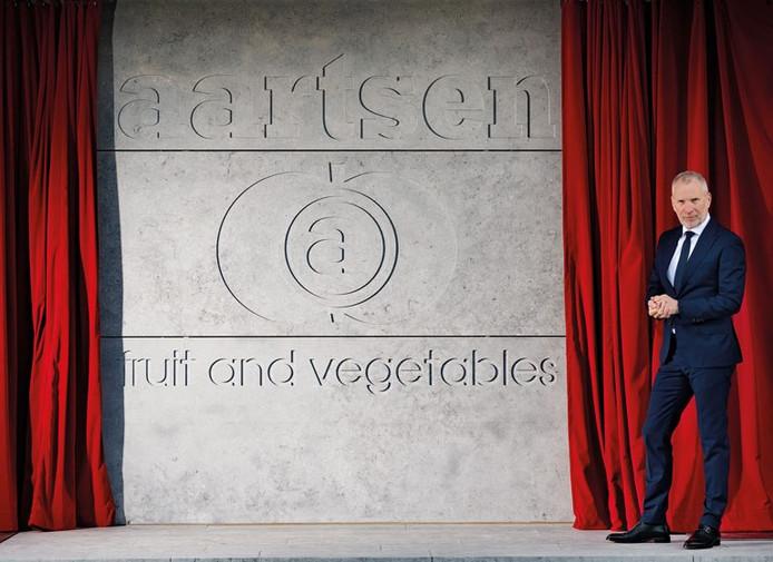 Directeur Jack Aartsen bij de onthulling van de nieuwe naam en logo van het bedrijf.