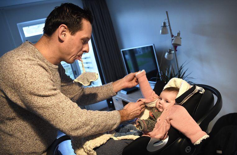 Vader Jeroen Prinsen verzorgt zijn dochtertje, in Horssen.  Beeld Marcel van den Bergh