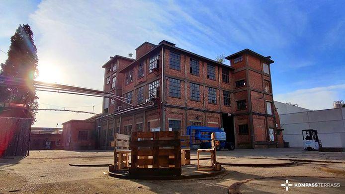 Het gebouw van Kompass Klub aan de Ottergemsesteenweg Zuid. De club moet er na 4 vier jaar weg.