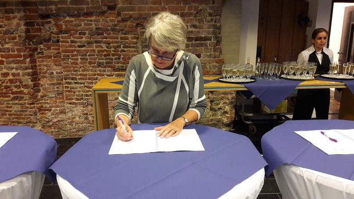 Alma van Bommel, rector van het Ds. Pierson College, ondertekent de samenwerkingsovereenkomst School & Veiligheid.