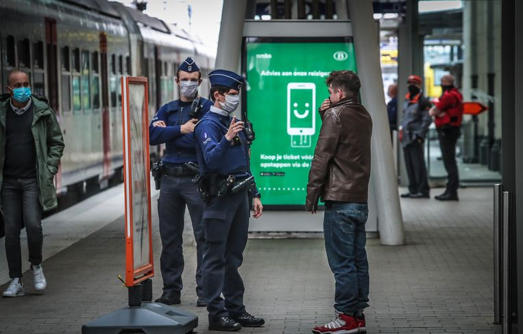 Ter illustratie. Vanaf deze week zijn reizigers verplicht om een mondmasker te dragen op het openbaar vervoer en in de stations.