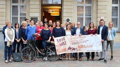 Sarah wint elektrische fiets dankzij campagne 'De Testkaravaan komt eraan'
