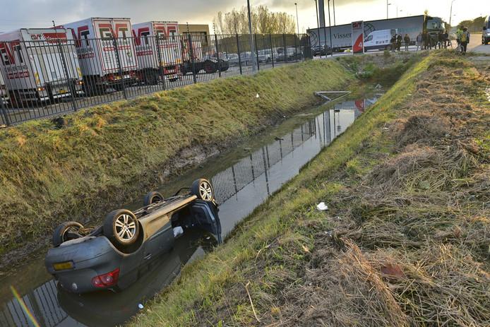 Bij het ongeluk belandde de auto van de man op de kop in de sloot.