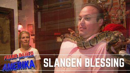 """Bizarre ervaring! Ik schrok me lam"": Frans Bauer weet niet wat hem overkomt als slang over hem kruipt"