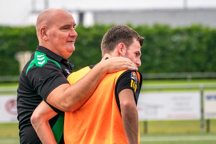 Michel van Leijen (links) stopt als trainer van SVHA.
