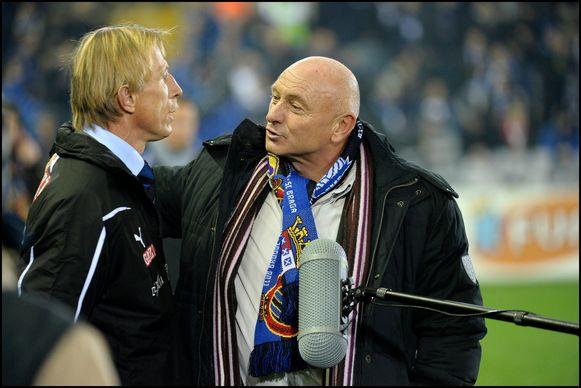 Februari 2009: Roger Van Gool (rechts) begroet Christoph Daum, op dat moment trainer van Club Brugge. Beiden hebben een verleden bij FC Keulen.