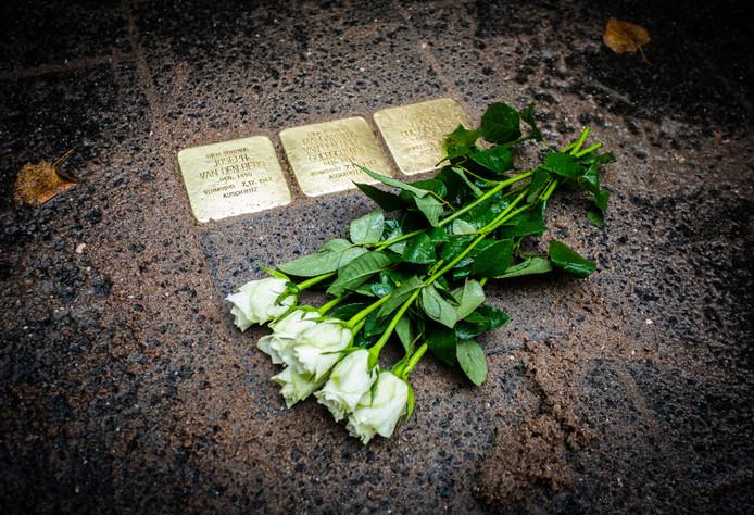 De drie gedenkstenen voor de omgebrachte familie. Voor hen kwam de bevrijding jaren te laat.