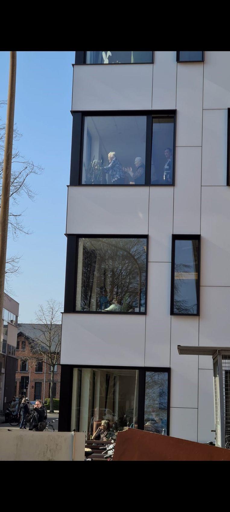 De bewoners van de woonzorgcentra genoten van achter hun raam van de muziek