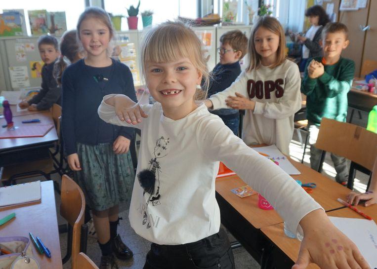 Elke leerling zette de vier stippen op zijn of haar hand.