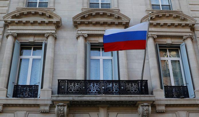 De Russische vlag wappert op het belangrijkste consulaat van Rusland in de VS, in New York.