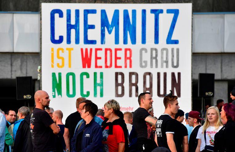Leden van de 'Pro Chemnitz'-beweging verzamelen zich voor het Karl Marx monument in de stad. Op het spandoek staat