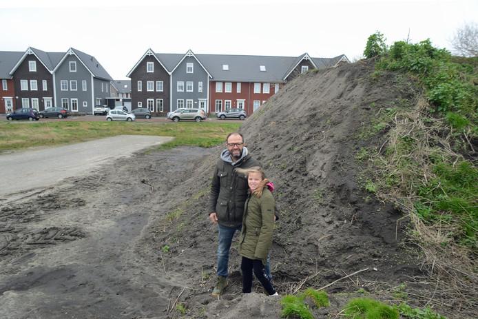 Edwin van Delft met dochter Lotte bij een hoop grond.