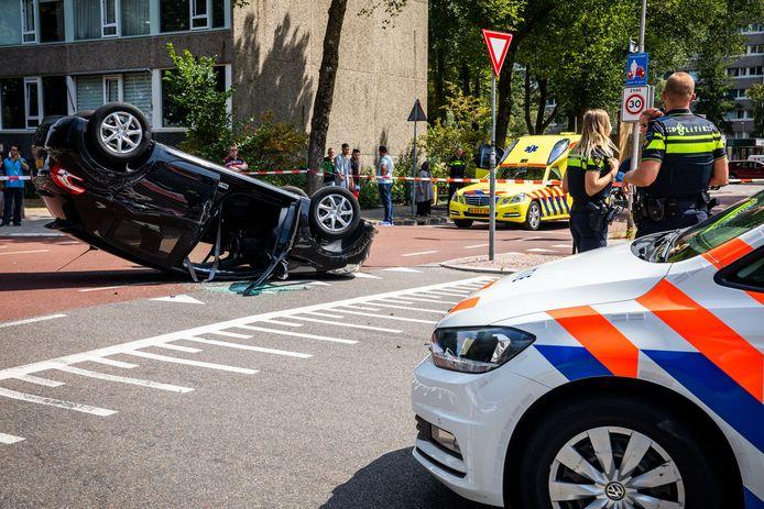 Bij een ongeluk op de Carnegiedreef in Utrecht Overvecht is een auto op zijn kop terechtgekomen. Er gebeuren in de wijk heel vaak ongevallen op kruisingen.