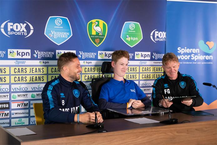 Oscar is fan van ADO Den Haag en kind-ambassadeur van Spieren voor Spieren. Hier zit hij met aanvoerder Aaron Meijers en trainer Fons Groenendijk aan tafel.