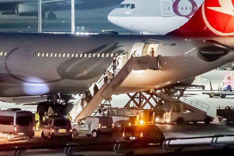 Leden van het 'jihadistengezin' verlaten het vliegtuig op de luchthaven Berlijn-Tegel.
