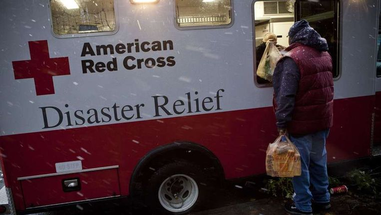 Slachtoffers krijgen voedselpakketen van het Rode Kruis. Beeld reuters