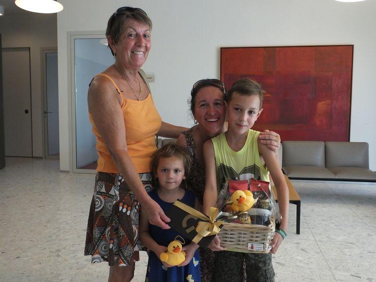 De winnaars van de 'gouden kip': Rita Van Den Bossche met haar dochter Iris en kleinkinderen Kess en Nya.