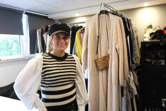 De kleding van Sacha Lakerveld hangt nu nog even in haar vaders kantoor. Eind van de maand verhuist die naar haar eigen winkel, Sacha's Store.