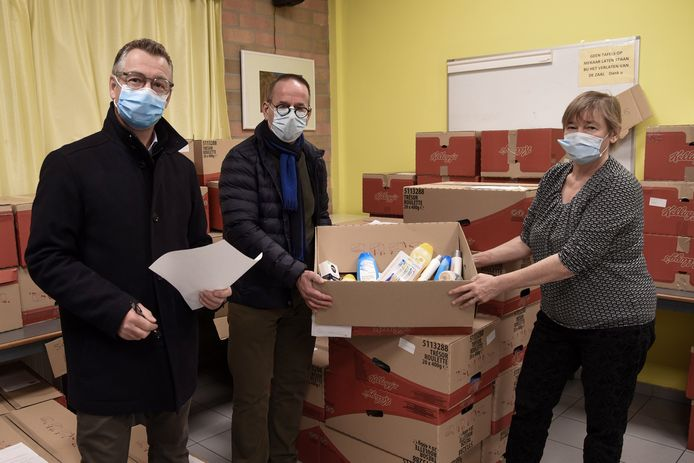 Wim De Lentdecker en Lawrence Steeman van Lions Club overhandigen de hygiëneproducten aan aan Rita De Vis van De Tondeloos.