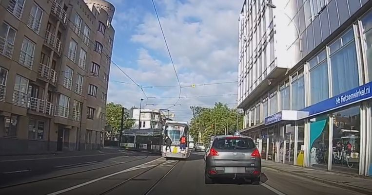 Jonge tramsurfers aan de Brugse poort.