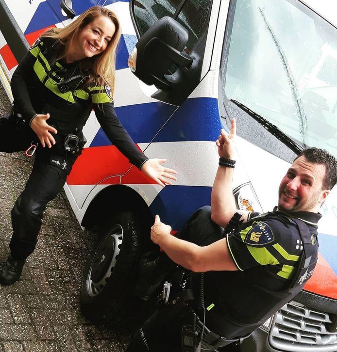 De wijkagenten presenteren trots hun nieuwe wijkbus waarin ze binnenkort de wijken in Veenendaal en Rhenen gaan opzoeken.