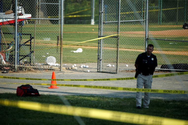 Een agent houdt de wacht bij het honkbalveld waar Republikeinse Congresleden gisteren werden beschoten. Beeld REUTERS