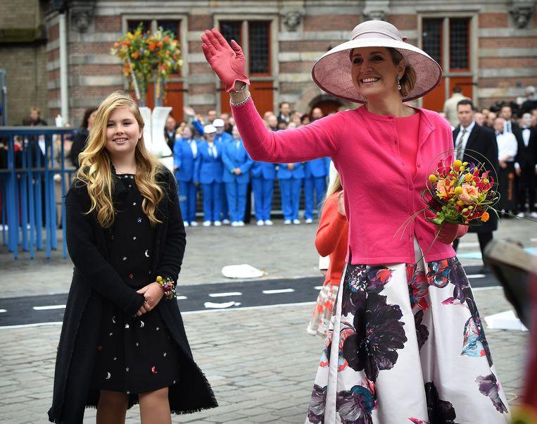 Prinses Amalia en koningin Máxima in Zwolle. Beeld Marcel van den Bergh / de Volkskrant