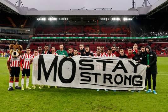 De PSV-selectie gaat na afloop op de foto met een banner om ploeggenoot Ihattaren steun te betuigen.