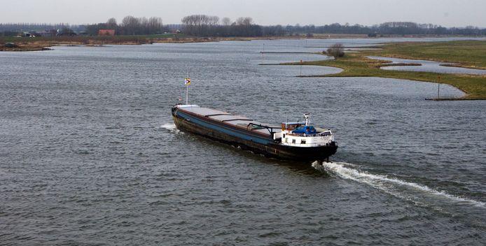 Een binnenvaartschip op de Lek bij Culemborg